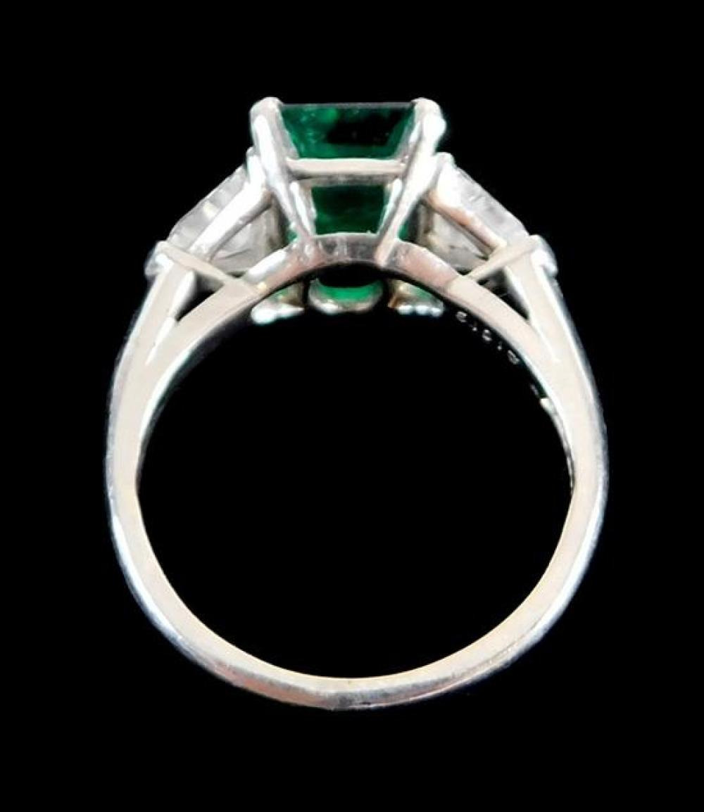 JEWELRY: Platinum emerald and diamond ring, mounting: stamped and tested