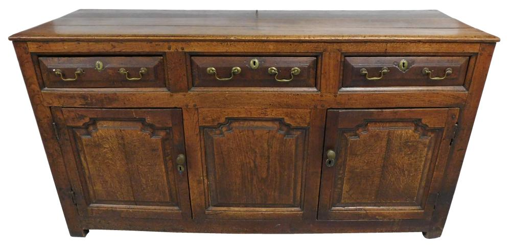 Derbyshire oak English dresser, early 18th C., walnut finish, oblong top comprised of three boards, case with three short drawers wi...