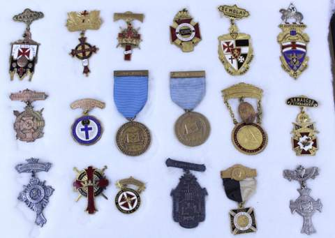 LOT OF 18 ANTIQUE MASONIC FREE MASON MEDALS BADGES