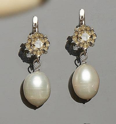 A PAIR OF VINTAGE GOLD, PEARL AND SAPPHIRE EARRINGS