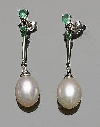 A PAIR OF GOLD, EMERALD AND PEARL EARRINGS