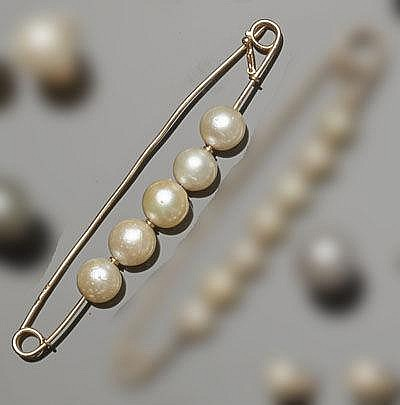 A VINTAGE GOLD AND PEARL SAFETY PIN