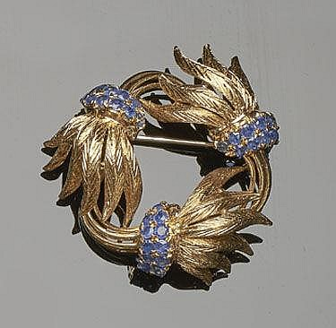 A VINTAGE GOLD AND SAPPHIRE BROOCH