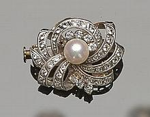 A VINTAGE GOLD, SAPPHIRE AND PEARL BROOCH