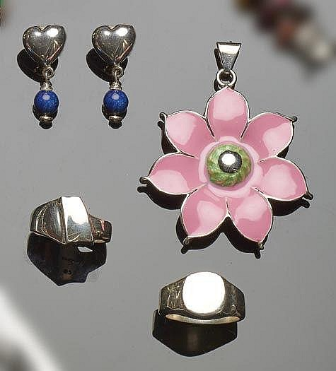A SET OF STERLING SILVER JEWELRY