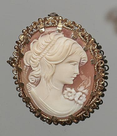 A VINTAGE GOLD CAMEO BROOCH