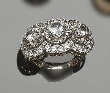 A VINTAGE GOLD AND ZIRCON RING