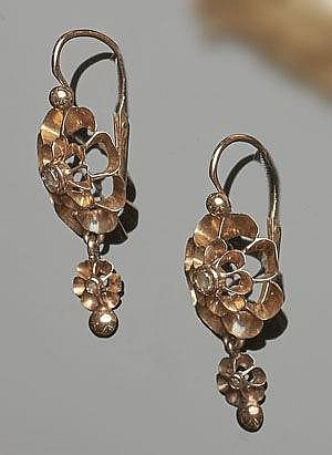 A PAIR OF VINTAGE GOLD EARRINGS