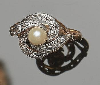 A VINTAGE GOLD AND PEARL RING