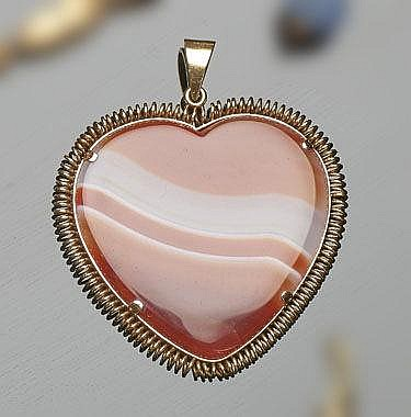 A GOLD AND AGATE PENDANT