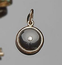 A GOLD, ONYX AND DIAMOND PENDANT