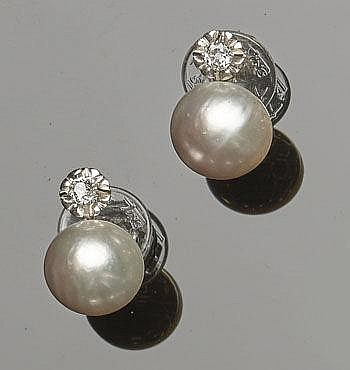 A PAIR OF VINTAGE GOLD, PEARL AND DIAMOND EARRINGS