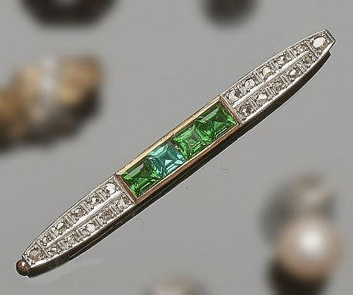 A VINTAGE ART DECO GOLD, GREEN GEMSTONE AND DIAMOND BAR BROOCH