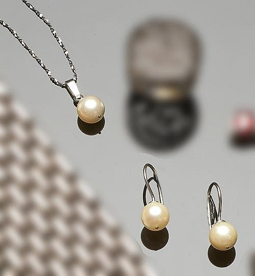 A SET OF SILVER AND PEARL JEWELRY