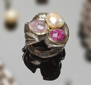 A STERLING SILVER, RUBY, QUARTZ AND PEARL RING, BY STYLIANO