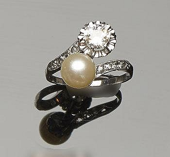 AN ANTIQUE GOLD, PEARL AND DIAMOND RING