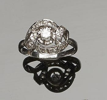 A VINTAGE GOLD AND DIAMOND RING