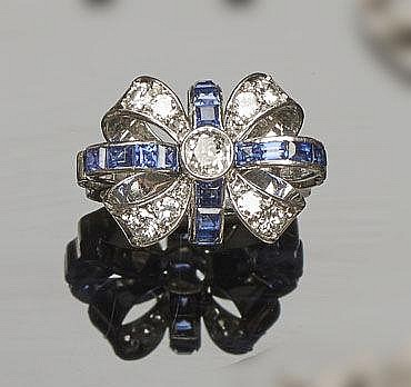 AN ANTIQUE ART DECO PLATINUM, SAPPHIRE AND DIAMOND RING
