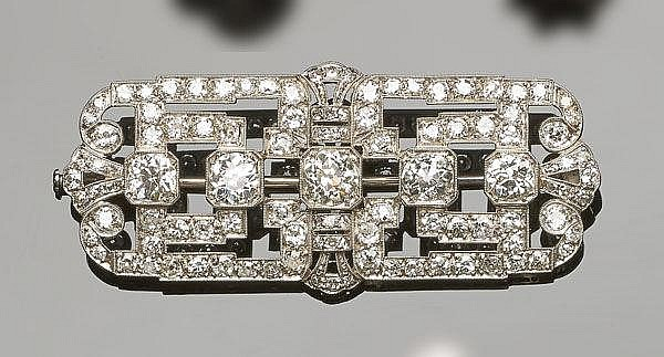 AN ANTIQUE ART DECO PLATINUM AND DIAMOND BROOCH