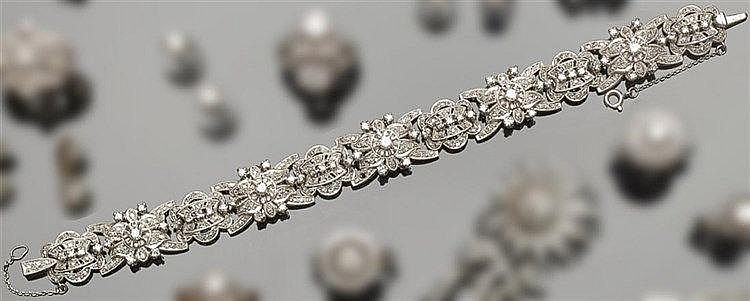 AN ANTIQUE PLATINUM AND DIAMOND BRACELET