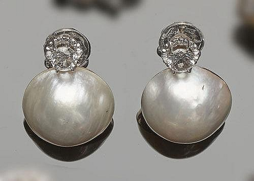 A PAIR OF VINTAGE GOLD AND PEARL EARRINGS