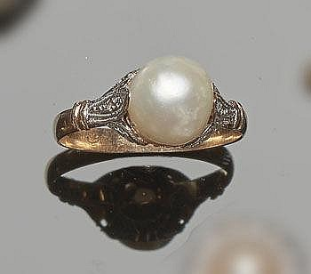 A VINTAGE GOLD, SAPPHIRE AND PEARL RING