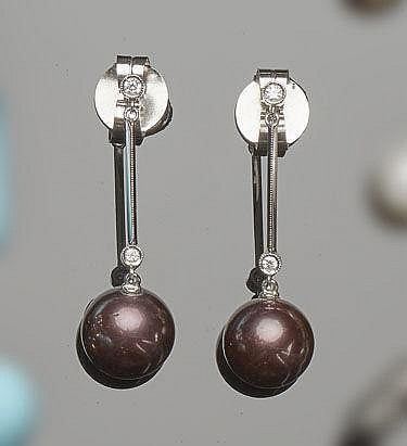 A PAIR OF GOLD, PEARL AND DIAMOND DROP EARRINGS
