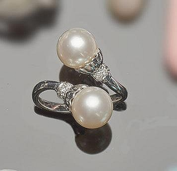 A GOLD, PEARL AND ZIRCON RING