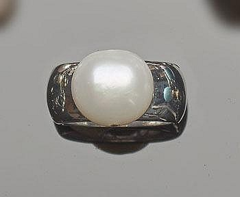 A SILVER AND PEARL RING