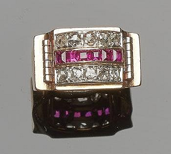 A GOLD, RED GEMSTONE AND DIAMOND MEN'S RING