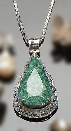 A STERLING SILVER AND EMERALD PENDANT NECKLACE