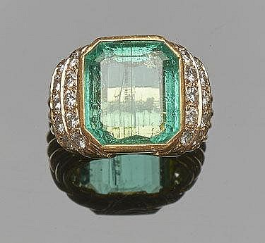 A GOLD, DIAMOND AND EMERALD RING