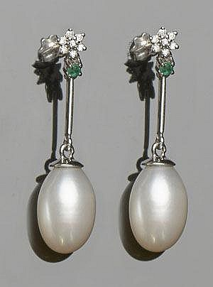 A PAIR OF GOLD, EMERALD, PEARL AND DIAMOND EARRINGS