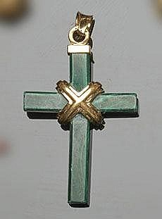A GOLD AND MALACHITE CROSS PENDANT