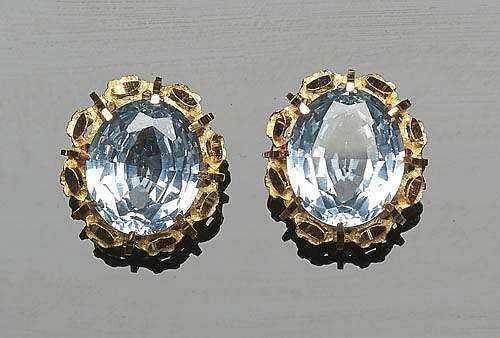 A PAIR OF GOLD AND BLUE GEMSTONE EARRINGS