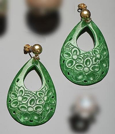 A PAIR OF GILT SILVER AND JADE EARRINGS