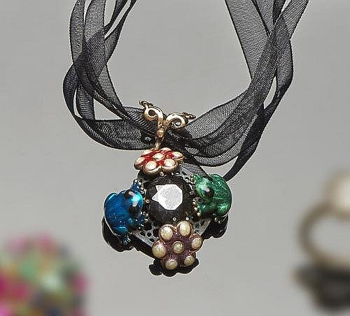 A SILVER, ENAMEL AND ONYX PENDANT NECKLACE