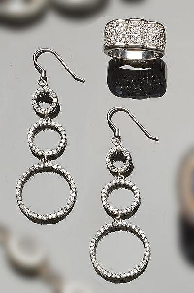 A SET OF STERLING SILVER AND ZIRCON JEWELRY