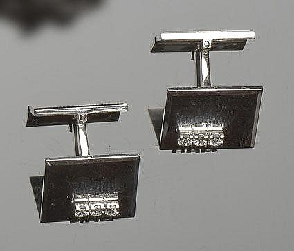 A PAIR OF GOLD AND DIAMOND CUFFLINKS