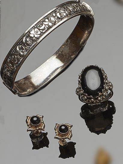 A SET OF SILVER JEWELRY