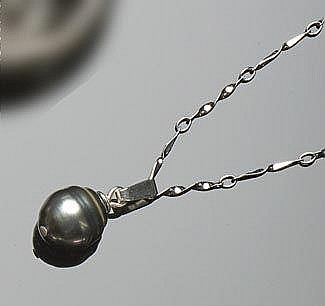 A SILVER AND PEARL PENDANT NECKLACE