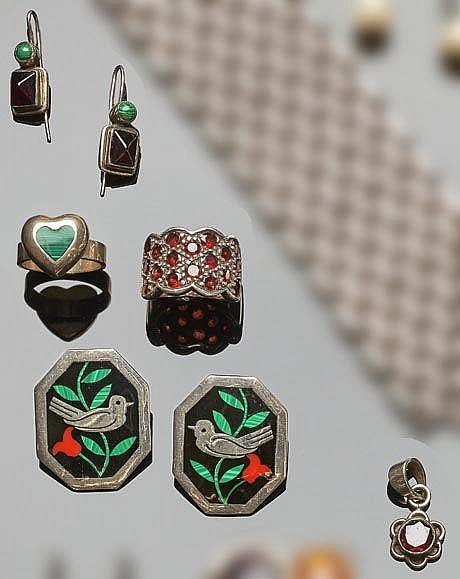 A SET OF SILVER, MALACHITE AND GARNET JEWELRY