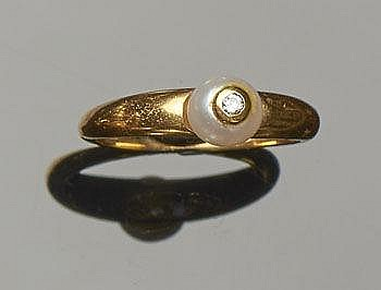 A GOLD, PEARL AND DIAMOND RING