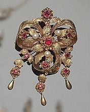 A VINTAGE GOLD, RED GEMSTONE AND PEARL BROOCH
