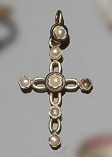 AN ANTIQUE GOLD, PEARL AND ENAMEL PENDANT CROSS