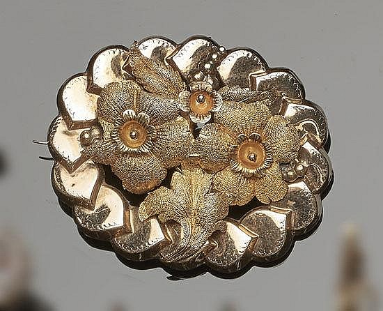 AN ANTIQUE GOLD BROOCH