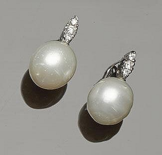 A PAIR OF PAIR OF GOLD, PEARL AND DIAMOND EARRINGS