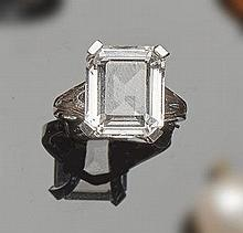 A GOLD AND QUARTZ RING