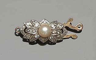 A VINTAGE GOLD, PEARL AND SAPPHIRE BROOCH