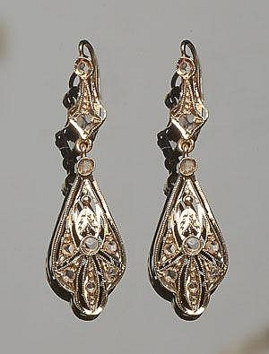 A PAIR OF VINTAGE GOLD AND SAPPHIRE EARRINGS